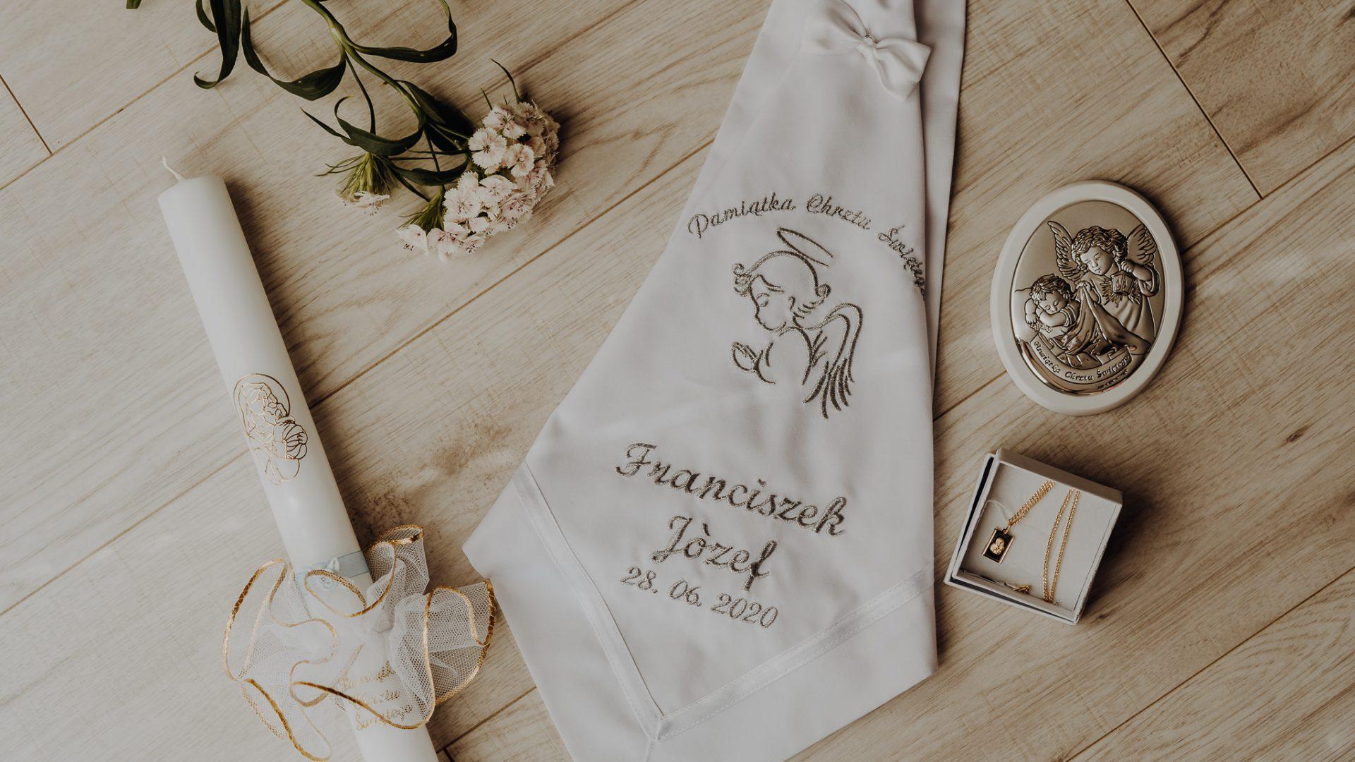 reportaż z chrztu św. Białystok - detale chrztu świętego, świeca, medalik oraz piękny obrazek