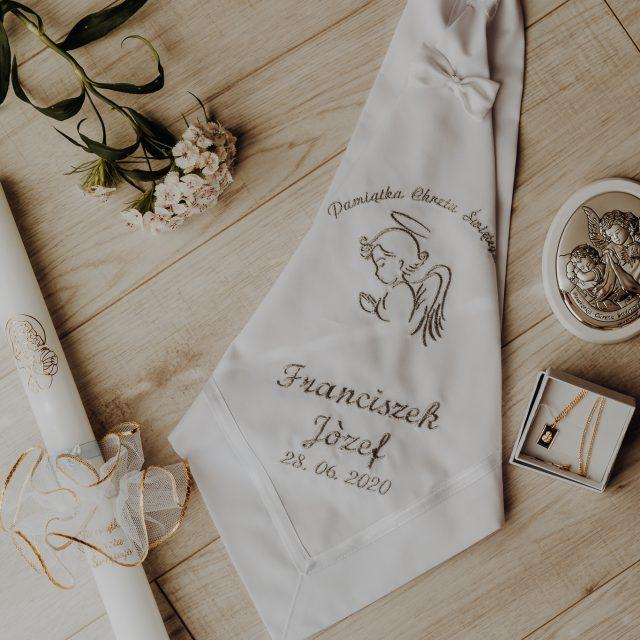 detale chrztu świętego, świeca, medalik oraz piękny obrazek