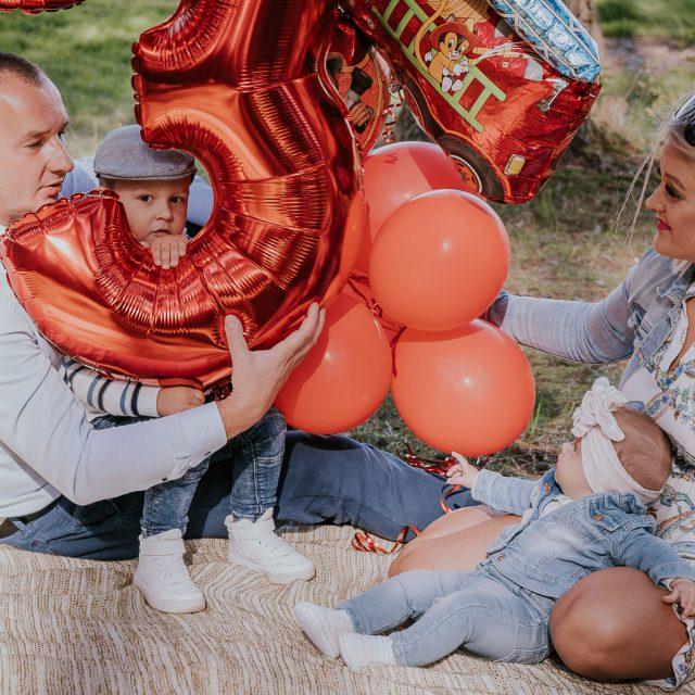 Rodzinna sesja urodzinowa nad rzeką