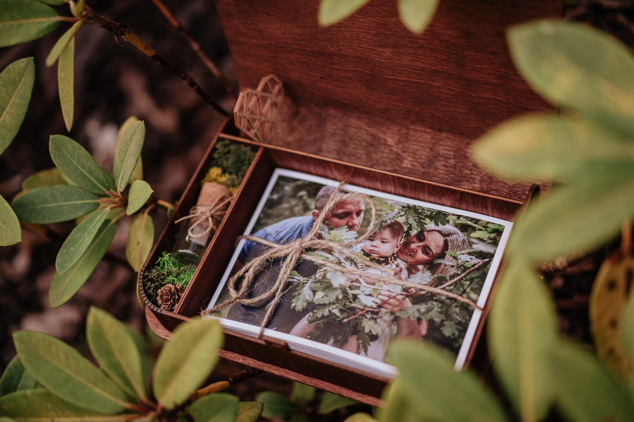 Zawartość pudełka ze zdjęciami z sesji rodzinnej fotografa Krzysztofa Orłowskiego