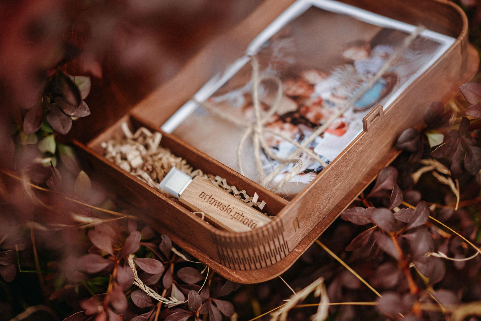 pudełko ze zdjęciami i pendrive od fotografa rodzinnego